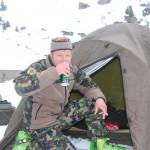 Der Patr Fhr Andreas Senn bei wohlverdienten Bier im Biwak